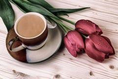 Xícara de café com das tulipas do vintage vida ainda Foto de Stock Royalty Free
