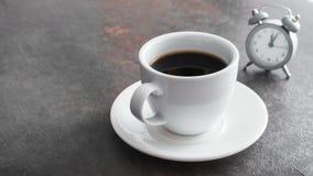 Xícara de café com despertador imagem de stock royalty free