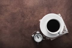 Xícara de café com despertador foto de stock royalty free