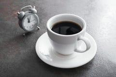 Xícara de café com despertador imagem de stock