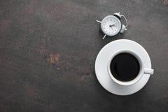 Xícara de café com despertador fotos de stock