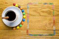 Xícara de café com doces fotos de stock royalty free