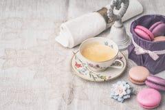 Xícara de café com doces e decorações Imagem de Stock Royalty Free