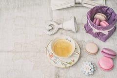 Xícara de café com doces e decorações no pano branco horizontal Foto de Stock Royalty Free