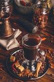 Xícara de café com especiarias orientais Fotografia de Stock