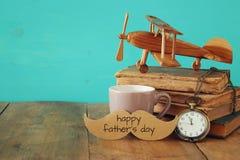 Xícara de café com father& x27 do vintage; acessórios de s Father& x27; dia co de s Imagem de Stock Royalty Free