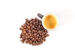 Xícara de café com feijões Fotografia de Stock Royalty Free