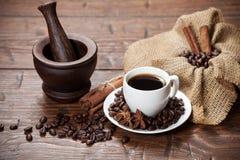 Xícara de café com feijões e especiarias Fotografia de Stock