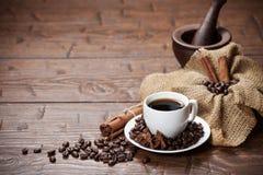 Xícara de café com feijões e especiarias Fotos de Stock Royalty Free