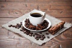 Xícara de café com feijões e especiarias Imagem de Stock