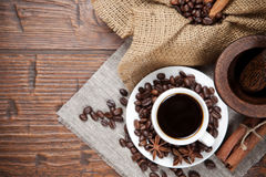 Xícara de café com feijões e especiarias Imagens de Stock