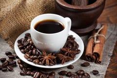 Xícara de café com feijões e especiarias Imagem de Stock Royalty Free