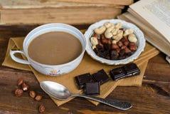 Xícara de café com frutos e chocolate secos no guardanapo Fotografia de Stock