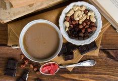 Xícara de café com frutos e chocolate secos no guardanapo Imagem de Stock