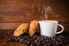 Xícara de café com grões inteiras Imagem de Stock Royalty Free