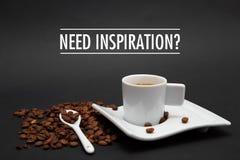 Xícara de café com INSPIRAÇÃO da NECESSIDADE do texto Imagem de Stock Royalty Free