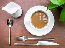 Xícara de café com instalação culinária Foto de Stock