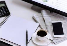Xícara de café com jornal, computador e smartphone em Ta branca Fotografia de Stock