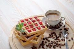 A xícara de café com leite e pilha de waffles belgas fotos de stock