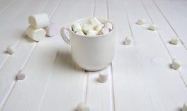 Xícara de café com marshmallow fotografia de stock