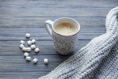 Xícara de café com marshmallow em um fundo de madeira Copie o espaço fotos de stock