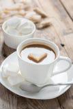 Xícara de café com marshmallow em uma tabela de madeira Imagem de Stock