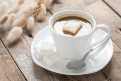 Xícara de café com marshmallow em uma tabela de madeira Foco seletivo Fotos de Stock Royalty Free