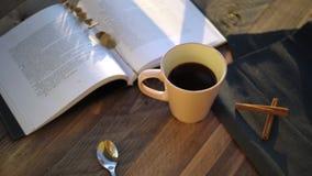 Xícara de café com na tabela de madeira video estoque