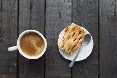Xícara de café com o bolo na tabela escura Fotografia de Stock Royalty Free
