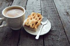 Xícara de café com o bolo na tabela escura Imagens de Stock Royalty Free
