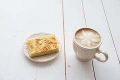 Xícara de café com o bolo na tabela escura Imagem de Stock Royalty Free