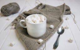 Xícara de café com o marshmallow no pano de linho feito malha imagens de stock royalty free