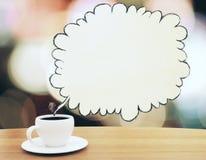 Xícara de café com o speachbubble amarelo tirado na tabela de madeira Fotografia de Stock Royalty Free