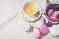 Xícara de café com os doces e as decorações horizontais Foto de Stock