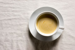 A xícara de café com os pires no pano cobriu a tabela Foto de Stock Royalty Free