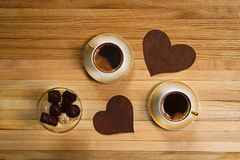 Xícara de café com símbolo e doces do coração Imagens de Stock
