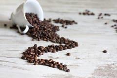 Xícara de café com sumário dos feijões imagens de stock