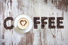 Xícara de café com sumário dos feijões das letras fotos de stock