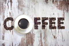 Xícara de café com sumário dos feijões das letras imagens de stock royalty free