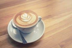 Xícara de café com teste padrão das folhas Fotografia de Stock Royalty Free