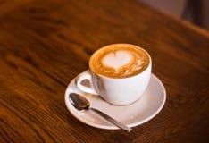 Xícara de café com teste padrão do coração Foto de Stock Royalty Free