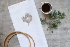 Xícara de café com um caderno Fotos de Stock Royalty Free