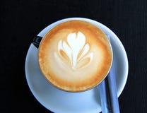 Xícara de café com um teste padrão como uma flor Imagem de Stock Royalty Free