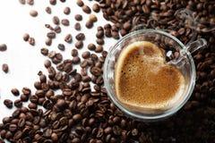 Xícara de café com um vapor coração-dado forma Foto de Stock