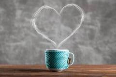 Xícara de café com um vapor dado forma coração Fotos de Stock
