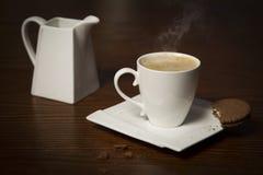 Xícara de café com vapor e cookie Imagens de Stock Royalty Free
