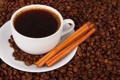 Xícara de café com varas de canela imagens de stock