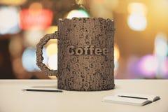 A xícara de café compôs das letras em uma tabela de madeira com o diário Imagens de Stock Royalty Free