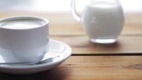 Xícara de café completa na tabela de madeira video estoque