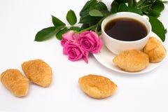 Xícara de café, croissant e rosas Imagem de Stock Royalty Free